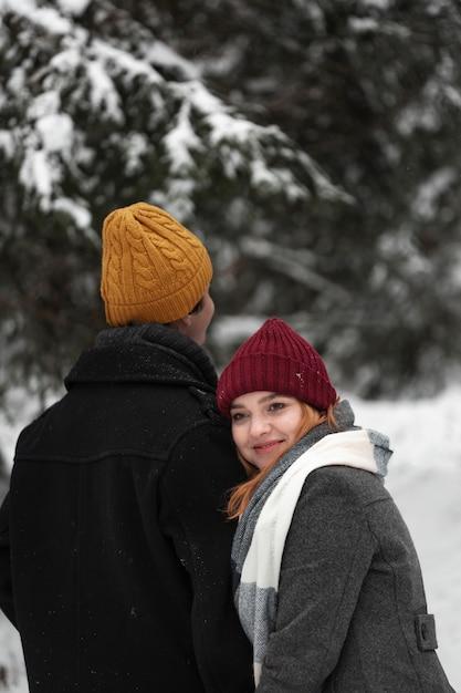 Смайлик женщина и высокий мужчина в парке Бесплатные Фотографии