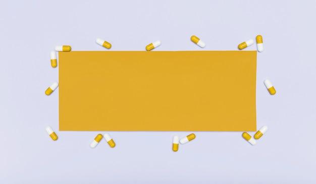 Пустая карточка в окружении капсул Бесплатные Фотографии