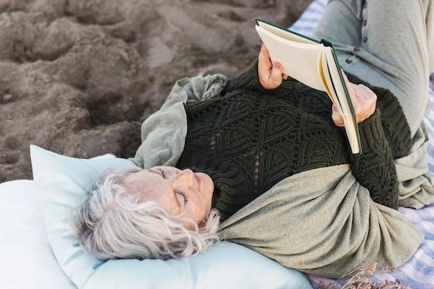 Книга читая старшую женщину Бесплатные Фотографии
