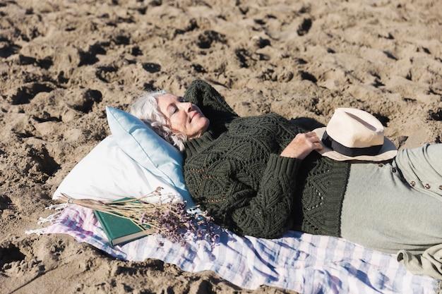 Красивая старшая дама отдыхая на открытом воздухе Бесплатные Фотографии