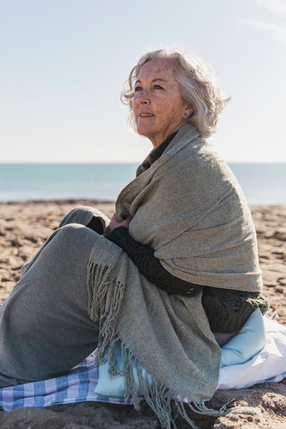 Счастливая пожилая женщина, глядя в сторону Бесплатные Фотографии