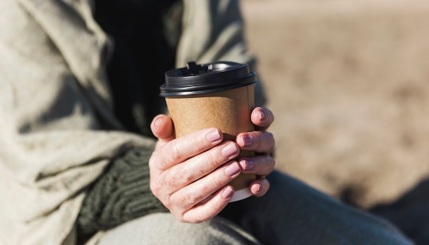 一杯のコーヒーを保持しているクローズアップの女性 無料写真