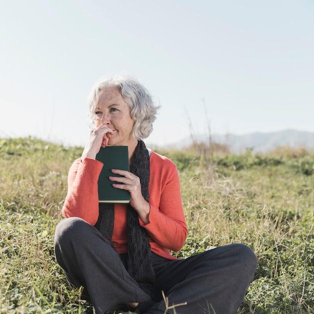 Полная съемка женщина думает на открытом воздухе Бесплатные Фотографии
