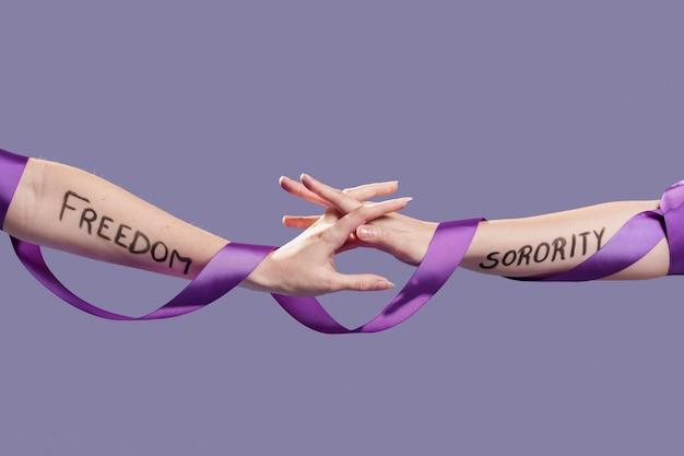 Женские руки держат друг друга в знак сестринства Бесплатные Фотографии