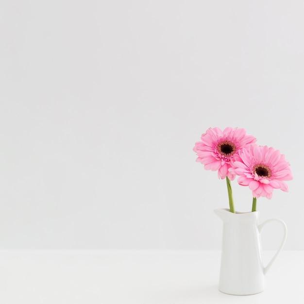 白い花瓶にピンクの花のアレンジメント 無料写真
