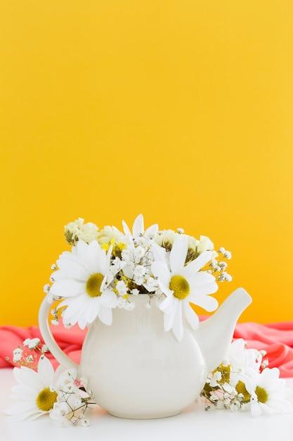 白いヒナギクと黄色の背景の装飾 無料写真
