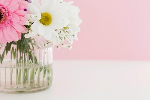 花瓶に美しい春の花のクローズアップ 無料写真