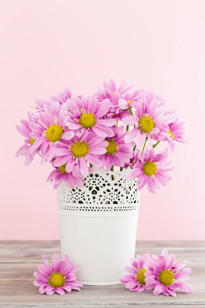 白い花瓶の春の花のアレンジメント 無料写真