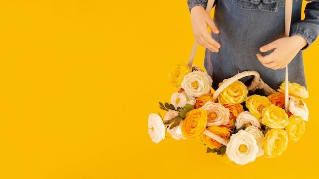バラの高角度のビューを持つ女性 無料写真