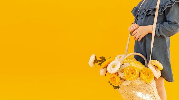 バラの花束コピースペースを持つ女性 無料写真