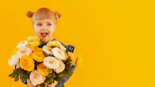 花の花束を持って幸せな女の子 無料写真
