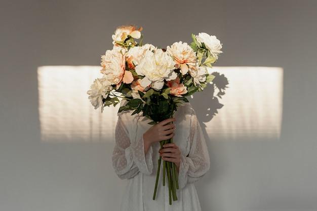 Женщина держит огромный букет цветов Бесплатные Фотографии