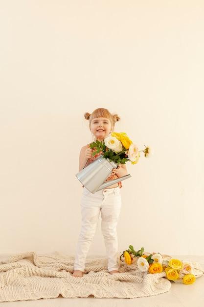 花を保持している幸せな女の子コピースペース 無料写真