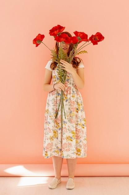 花の完全なショットを保持している認識できない女性 無料写真