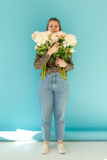 花の花束を持って素敵な女性 無料写真
