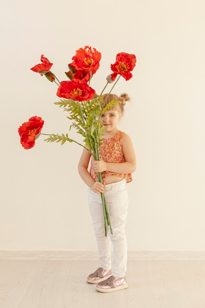 大きな赤い花を持ってかわいい女の子 無料写真