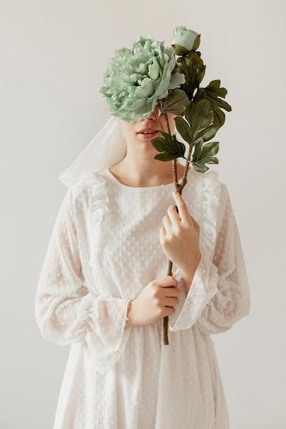 花を保持しているエレガントな女性 無料写真