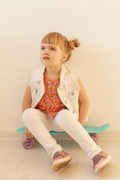 見上げる愛らしい幼児 無料写真