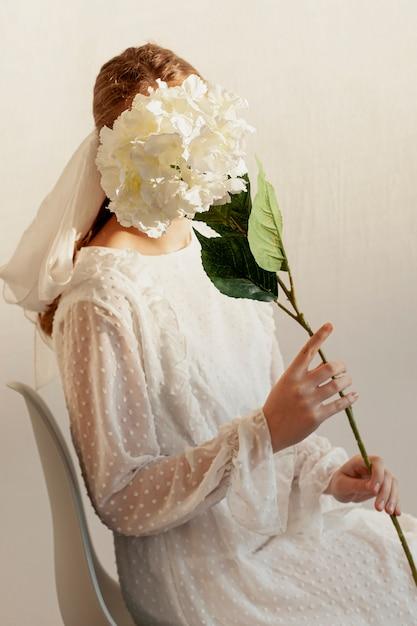 花とポーズのモデル 無料写真