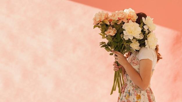美しい花を保持している女性 無料写真