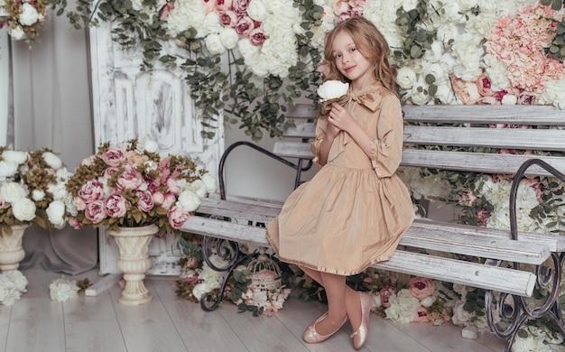 ベンチに座っているかわいい女の子 無料写真