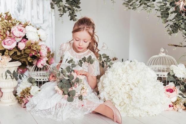 花に囲まれた少女 無料写真