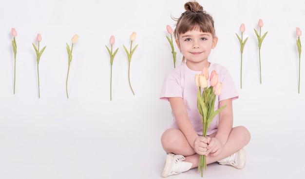 チューリップを保持しているかわいい女の子 無料写真