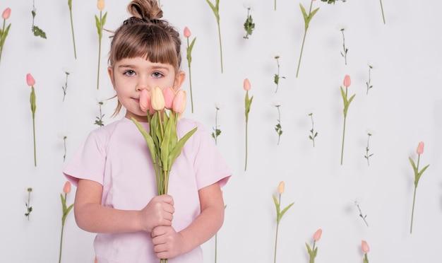 チューリップミディアムショットの愛らしい子 無料写真