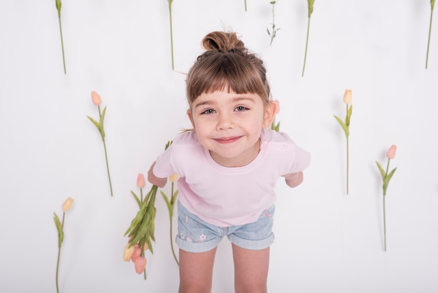 フロントビューを笑っている若いかわいい女の子 無料写真