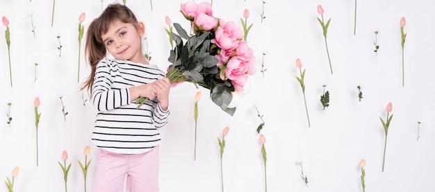 バラの花束を持ってかわいい女の子 無料写真