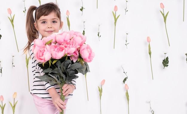 美しいバラの花束を持つ少女 無料写真