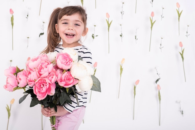 美しいバラの花束と幸せな女の子 無料写真