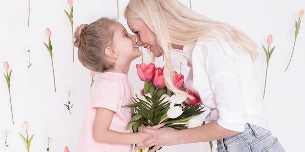 チューリップと愛らしい母と娘 無料写真