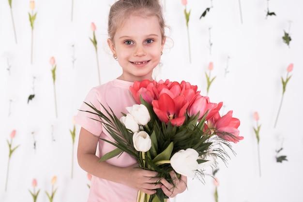 花を持って幸せな少女 無料写真