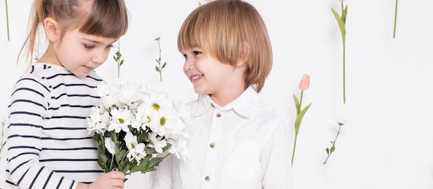 かわいい女の子に笑顔の小さな男の子 無料写真