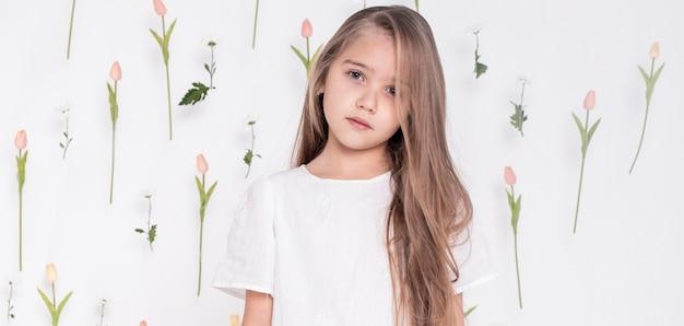 かわいい女の子の正面図 無料写真