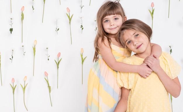 抱き合う愛らしい子供たち 無料写真