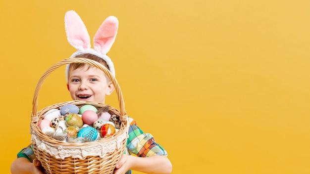 Копией пространства мальчик с корзиной, полной крашеные яйца Бесплатные Фотографии