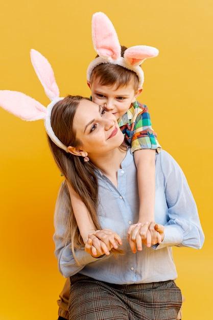 Мать и сын с кроличьими ушами Бесплатные Фотографии