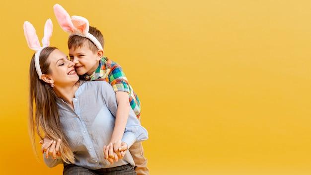 母と息子がお互いを見てウサギの耳 無料写真
