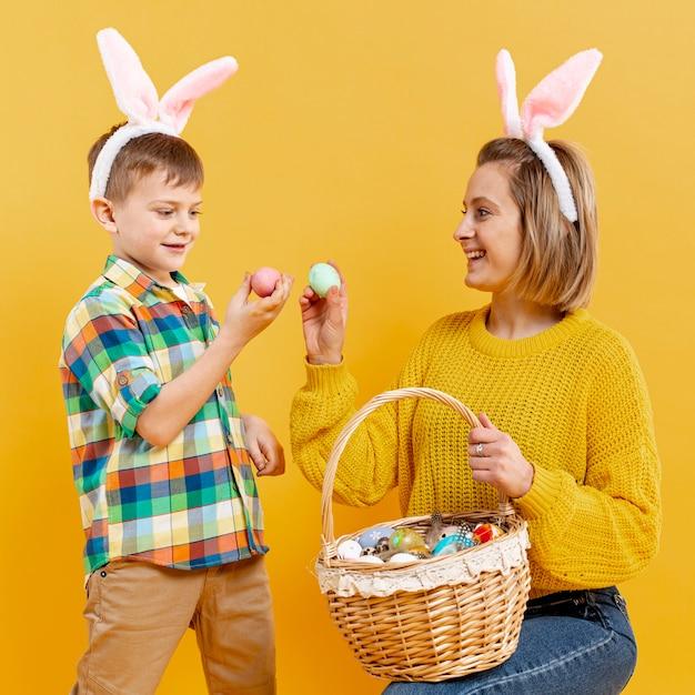 Смайлик мама и сын с крашеными яйцами Бесплатные Фотографии
