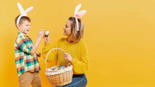 Копия-космос матери и сына с крашеными яйцами Бесплатные Фотографии