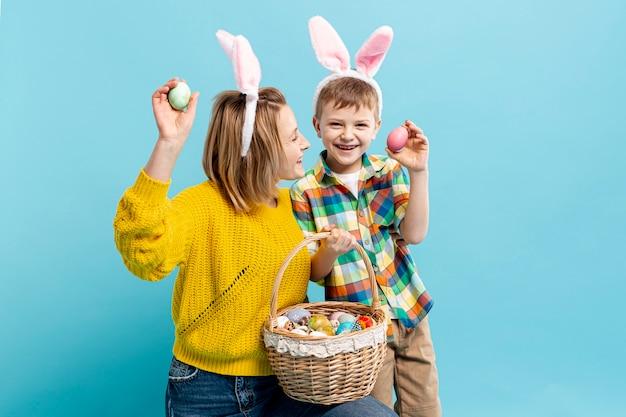 Мать и сын держат расписное яйцо Бесплатные Фотографии