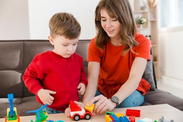 Мать и сын играют с игрушками Бесплатные Фотографии