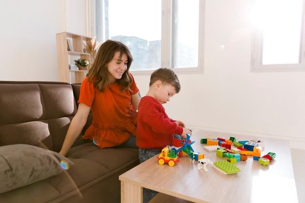 Мама смотрит на сына во время игры Бесплатные Фотографии