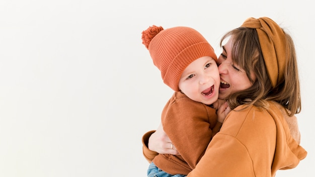 Игривая мама и сын Бесплатные Фотографии