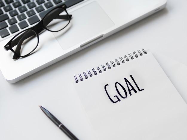 ノートに書かれた目標とデスクトップの高角 無料写真