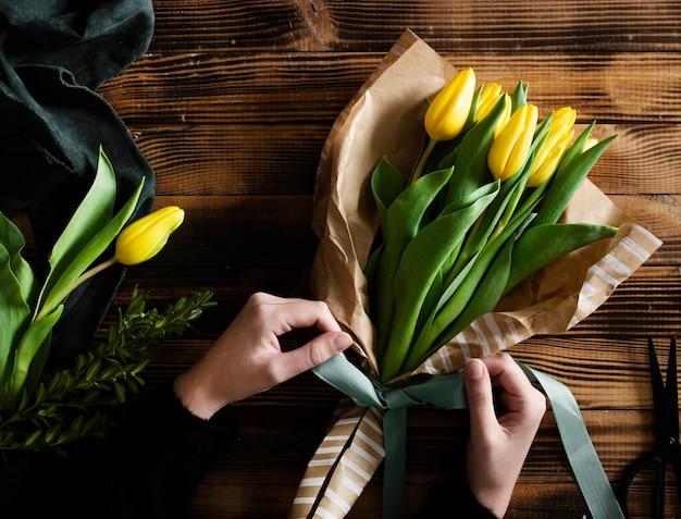 テーブルの上の黄色のチューリップの花束 無料写真