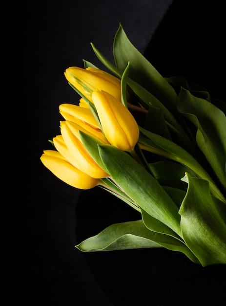 Вид сверху желтые тюльпаны на столе Бесплатные Фотографии