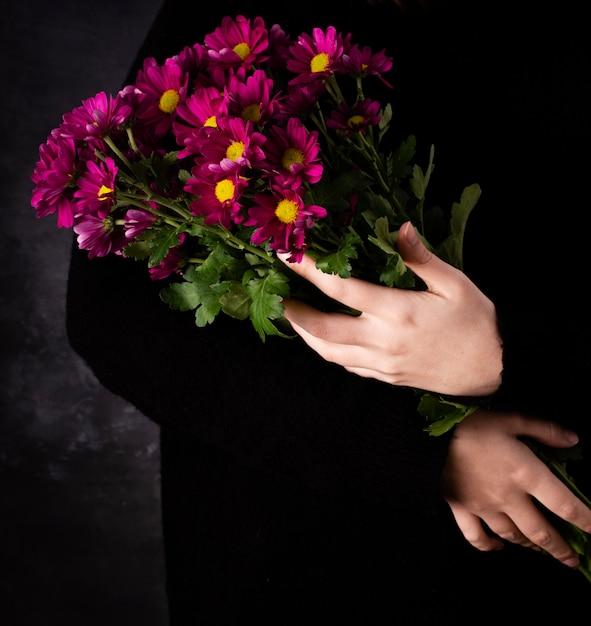 Высокий угол руки с букетом цветов Бесплатные Фотографии